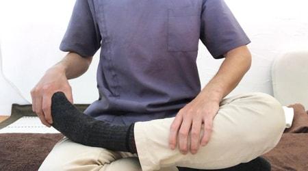 座った状態での足の前側のストレッチ